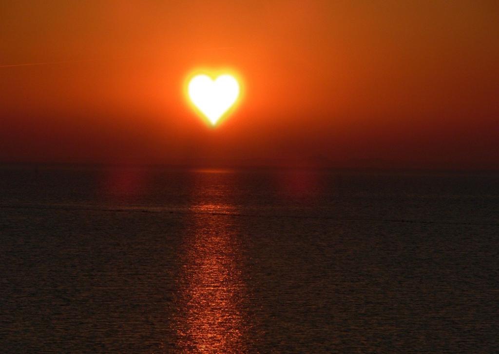 Et bilde som inneholder utendørs, himmel, vann, solnedgang  Automatisk generert beskrivelse